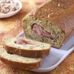 Cake aux olives vertes et au bacon roulé