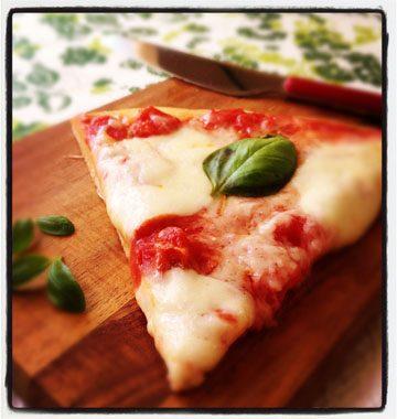 Pizza margherita, sauce tomate et basilic