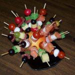 Petites brochettes colorées pour l'apéritif