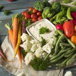 Légumes crus et dip fromage blanc et roquefort