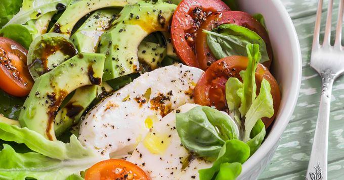 Salade avocat, tomate et mozzarella
