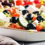 Salade de crudités à la sauce tzatziki