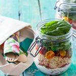 Salade gourmande et vinaigrette au yaourt en bocal