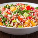 Salade végane de quinoa au concombre, poivrons et tomates