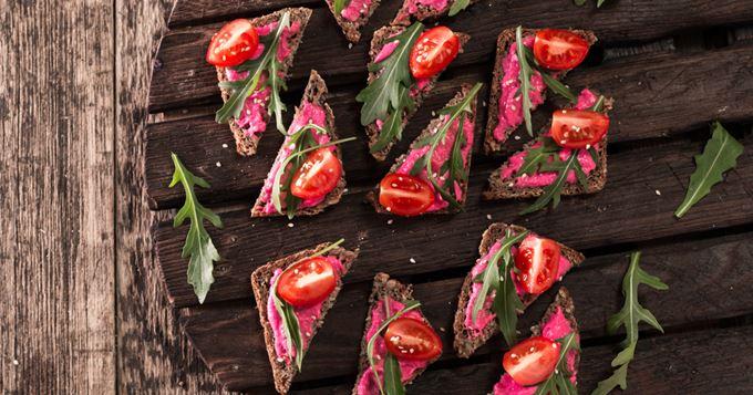 Tartines de crème de betterave aux tomates cerise