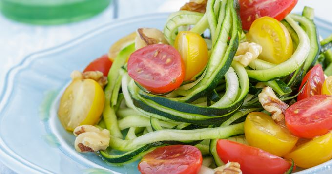 Spaghettis de courgette aux tomates cerise et noix