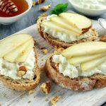 Tartines veggie au chèvre frais, poires et noix