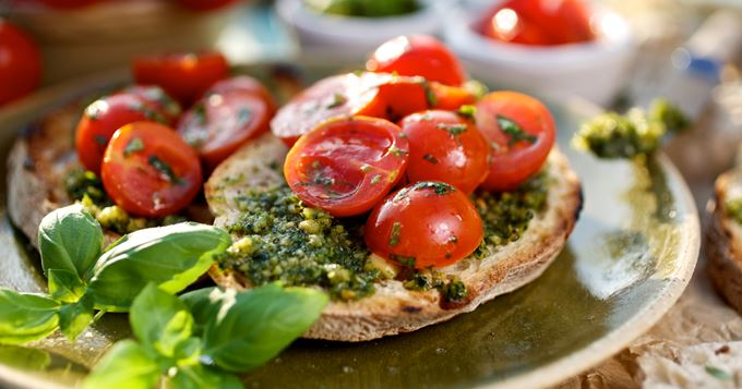 Tartines végétariennes au pesto et tomates cerise