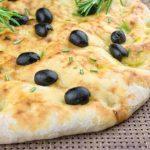 Pain focaccia aux olives noires et au romarin