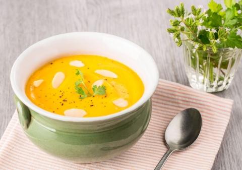 Crème de carottes, quenelle de chèvre frais persillée