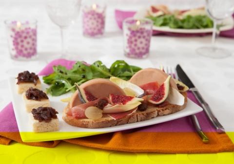 Tartines au foie gras, chutney d'oignons, jambon cru et figue