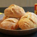 Petits pains à l'huile d'olive, tomates confites et origan séché