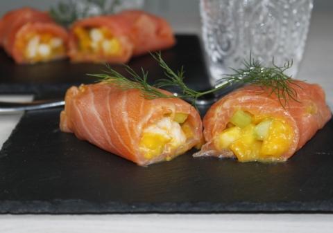 Rouleaux de saumon fumé aux crevettes et fruits exotiques