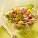 Salade de pousses d'épinards, aux dés de jambon, billes de melon