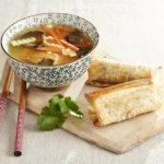 Soupe chinoise aux légumes et samossa de boeuf