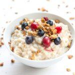 Porridge fruité au fromage blanc