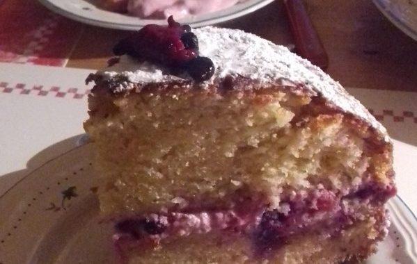 Gâteau au yaourt, fromage blanc et fruits rouges