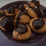Choux à la chantilly nappés de chocolat chaud