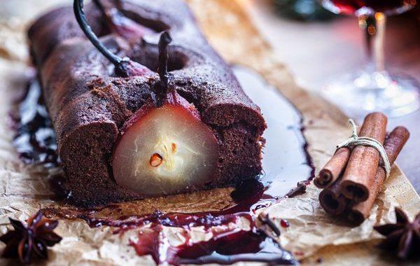 Cake chocolat et poires pochées au vin rouge