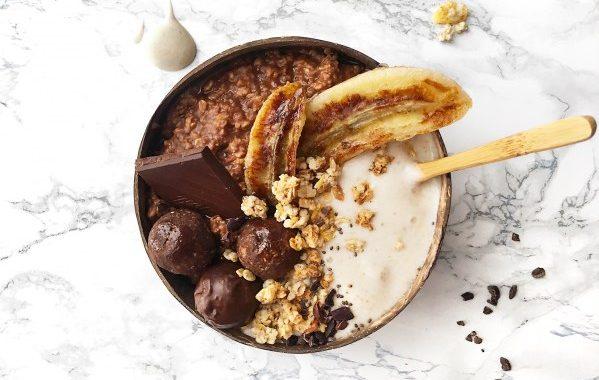 Porridge chocolaté, bananes caramélisées, granola noix de pécan et miel