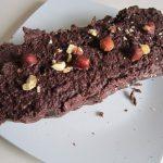 Bûche au chocolat et aux éclats de noisettes sans cuisson