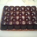 Mousses au chocolat et coulis de framboise en coque de chocolat