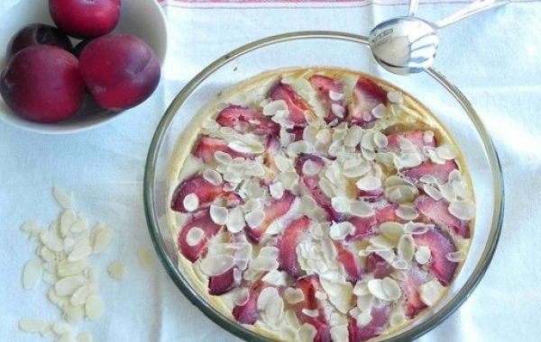 Clafoutis aux prunes, à la vanille et aux amandes