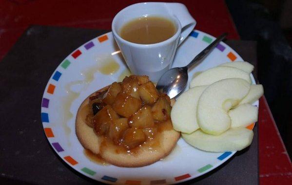Pommes fondantes au caramel au beurre salé sur palet breton
