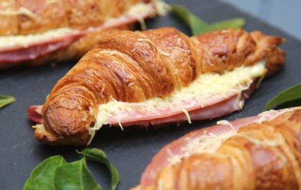 Croissant au jambon fromage