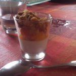 Panna cotta des îles : chocolat blanc, mangue et crumble