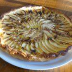 Tarte aux pommes, noix et raisins