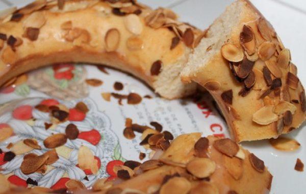 Gâteau au yaourt, glaçage fleur d'oranger et amandes torréfiées