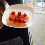 Gâteau pommes et framboises sur dacquoise