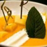 Sucettes de pomme d'amour, soupe de mangue et mousse coco