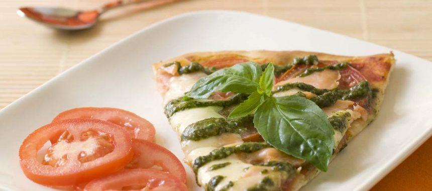 Pizza au saumon, pesto et mozzarella