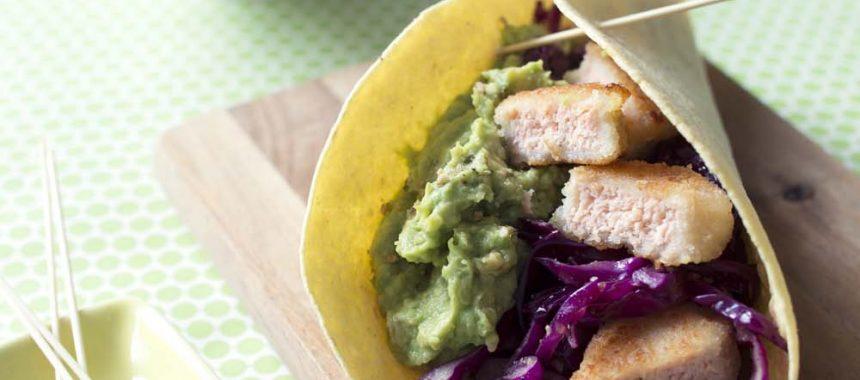 Tacos au saumon pané, chou rouge et avocats