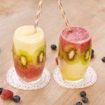 Smoothie bicolore avec morceaux de fruits