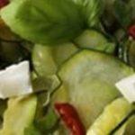 Salade de courgettes au basilic, piment et citron