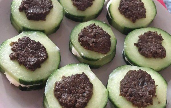 Bouchées de concombre au chèvre frais et pesto