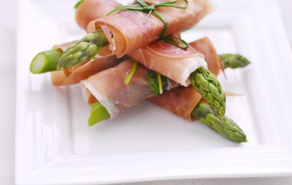 Ballots d'asperges vertes jambon cru et parmesan