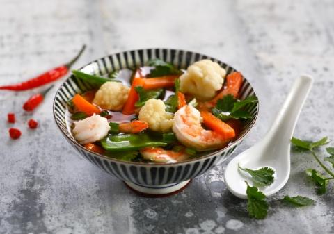 Bouillon aux crevettes, légumes et coriandre
