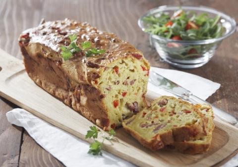 Cake au bacon, pesto, mozzarella et poivron