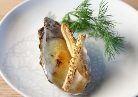 Huîtres gratinées, crème au lard fumé, allumettes au sésame