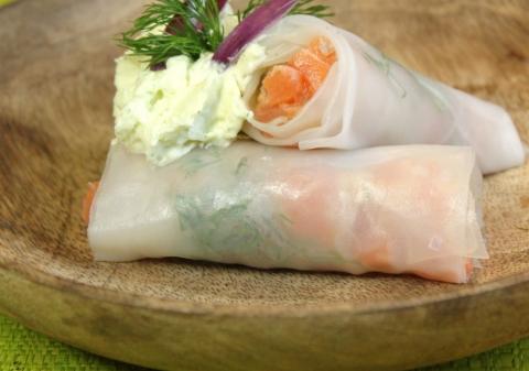 Rouleaux de printemps saumon aneth oignon rouge