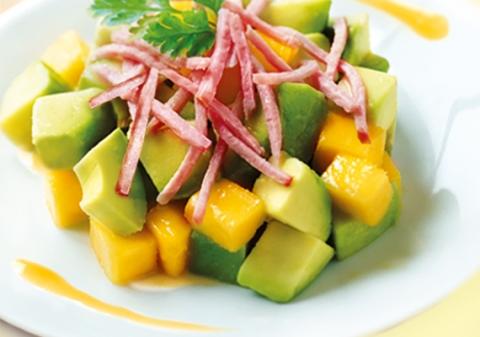 Salade d'avocats, mangue et râpé de jambon