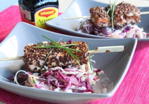 Salade de choux, brochettes de saumon aux graines de lin
