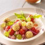 Salade de tomates cerise, raisins, jambon, huile de sésame