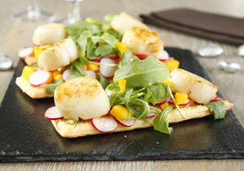 Tartelettes aux noix de Saint Jacques salade de roquette mangue radis