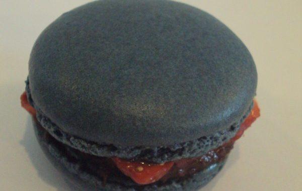 Macaron ganache chocolat noir fraise et vin rouge