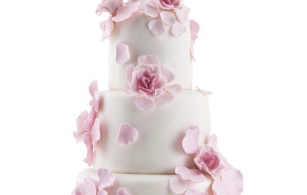 Wedding cake blanc aux pétales de fleur